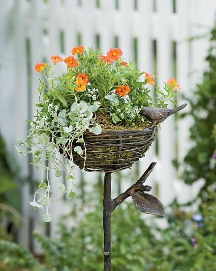 стойки для цветов  в саду