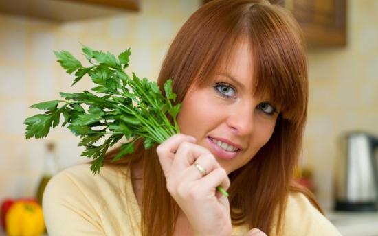 польза петрушки для женщин