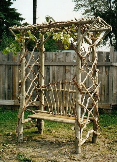 арка из необработанного дерева