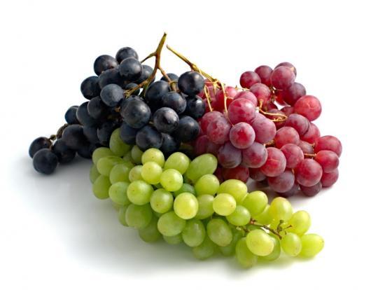 какой виноград полезнее, черный или зеленый