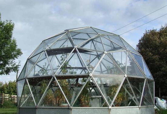 стеклянные теплицы могут иметь разную конструкцию