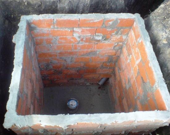 выгребная яма в кирпичном туалете